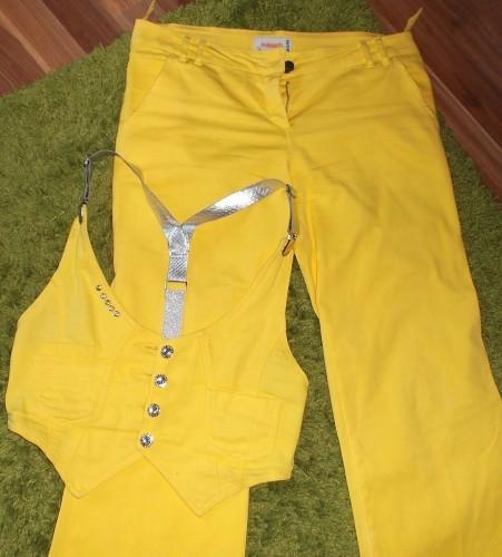 Gelbe Jeans mit Weste 1